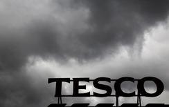 Le premier distributeur britannique Tesco avertit sur ses résultats du premier semestre et annoncé le départ de son directeur général Philip Clarke. Le groupe annonce que les conditions actuelles d'activité étaient plus difficiles qu'anticipé et que le chiffre d'affaires ainsi que le bénéfice d'exploitation du premier semestre étaient inférieurs aux attentes. /Photo prise le 4 juin 2014/REUTERS/Luke MacGregor