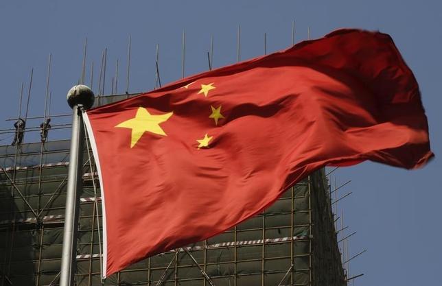 7月20日、米海軍は、22カ国が参加する環太平洋合同演習が行われているハワイ沖に、中国が情報収集艦を派遣したと明らかにした。写真は中国の国旗。北京で昨年4月撮影(2014年 ロイター/Kim Kyung-Hoon)