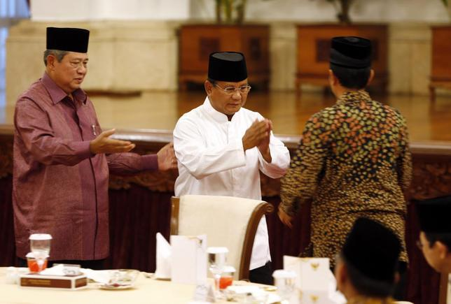 (From L to R) Indonesia President Susilo Bambang Yudhoyono gestures to presidential candidate Prabowo Subianto to shake hands with fellow candidate Joko ''Jokowi'' Widodo during a meeting at the presidential palace in Jakarta July 20, 2014. REUTERS/Beawiharta