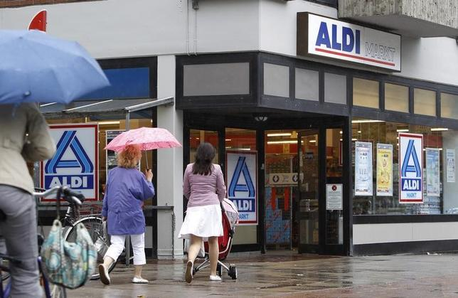 People walk outside an Aldi supermarket in Hamburg July 28, 2010.  REUTERS/Christian Charisius