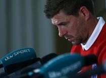 Капитан английской сборной Стивен Джеррард на пресс-конференции в Уотфорде 29 мая 2014 года. Стивен Джеррард прекращает выступления за национальную команду Англии, сообщила в понедельник английская Футбольная ассоциация. REUTERS/Eddie Keogh