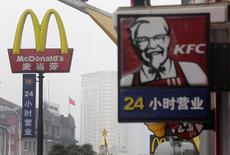 McDonald's et Yum Brands, maison mère de KFC et de Pizza Hut, sont confrontés à un deuxième scandale alimentaire en deux ans en Chine, les géants de la restauration rapide courant ainsi le risque de voir leurs efforts pour relancer leurs ventes et redorer leur blason être en partie anéantis. /Photo d'archives/REUTERS