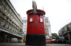 Royal Mail Group a annoncé mardi qu'il comptait sur la maîtrise des coûts et sur son activité courrier pour atteindre ses objectifs annuels et compenser le repli de son activité colis dans le contexte d'une intensification de la concurrence. /Photo d'archives/  REUTERS/Andrew Winning