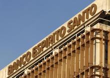 Banco Espirito Santo (BES), la première banque portugaise en pleine tourmente, a reporté de cinq jours la publication de ses résultats du premier semestre 2014, désormais fixée au 30 juillet, sans donner d'explications. /Photo d'archives/REUTERS/Jose Manuel Ribeiro