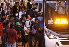 Pessoas embarcam em ônibus lotado na avenida Brasil, Rio de Janeiro.  A prévia da inflação oficial no país desacelerou em julho, com alta de 0,17 por cento sobre o mês anterior, beneficiada pelos preços de transportes e alimentos. 28/05/2014. REUTERS/Sergio Moraes