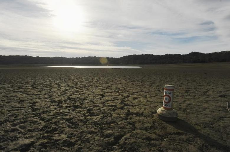 A buoy meant for boaters rests on the dry bed of Lake Mendocino, in California February 25, 2014.  REUTERS/Noah Berger