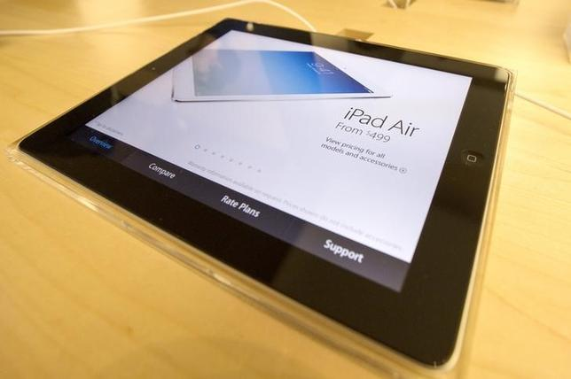 A display shows a new Apple iPad Air tablet inside the Apple Store on New York's fifth avenue, after the new iPad went on sale, November 1, 2013.  REUTERS/Mike Segar (UNITED STATES - Tags: BUSINESS SCIENCE TECHNOLOGY)