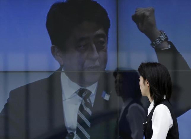7月22日、日銀が量的緩和を終了して国債価格の下落を招けば、銀行は保有する国債を一斉に投げ売りする可能性がある。そうなれば、金融システムは混乱に陥り、アベノミクスに打撃を与えかねない。写真は昨年4月撮影(2014年 ロイター/Toru Hanai)