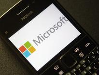 Microsoft a publié un chiffre d'affaires en hausse pour son quatrième trimestre clos le 30 juin, mais un bénéfice en baisse de 7%, notamment du fait de l'intégration des activités téléphones mobiles de Nokia. Le numéro un mondial des logiciels a fait état d'un bénéfice de 4,61 milliards de dollars contre 4,96 milliards un an auparavant, un repli partiellement lié aux coûts d'intégration des activités de Nokia acquises fin avril. /Photo d'archives/REUTERS/Heinz-Peter Bader
