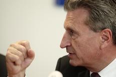 Еврокомиссар по энергетике Гюнтер Эттингер на пресс-конференции в Вене 16 июня 2014 года. Европейский союз не должен оказывать России техническую помощь в освоении арктических месторождений нефти и газа, если Москва не поможет в разрешении кризиса на Украине, сказал в среду Гюнтер Эттингер. REUTERS/Heinz-Peter Bader