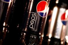 Imagen de archivo de una serie de botellas de Pepsi exhibidas en una reunión de inversores en un Nueva York, mar 22 2010. PepsiCo Inc reportó el miércoles ganancias trimestrales mayores a las esperadas y elevó su pronóstico anual de utilidades ajustadas, gracias a las fuertes ventas de sus refrigerios como los Lays y los Doritos en América del Norte.   REUTERS/Mike Segar