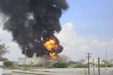 Un incendio en un tanque de almacenamiento de gasolina en la refinería Pemex de Ciudad Madero, México, jul 23 2014. La petrolera mexicana Pemex combatía el miércoles un voraz incendio en un tanque de almacenamiento de gasolina en la refinería de Ciudad Madero, al norte del país, en un incidente donde no había reportes de personas heridas de gravedad. REUTERS/Stringer