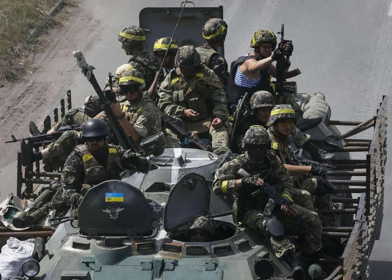 Ukrainian troops are pictured in the eastern Ukrainian town of Konstantinovka July 21, 2014. Fighting broke out near the railway station at the heart of the rebel stronghold of Donetsk on Monday in what separatists said was an attempt by government forces to seize back the east Ukrainian city.  REUTERS/Gleb Garanich