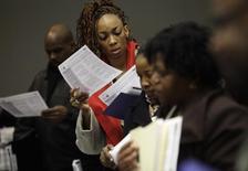 En la imagen, personas acuden a una feria laboral en Detroit, Michigan. 1 de marzo del 2014. El número de estadounidenses que presentaron nuevas solicitudes de subsidios por desempleo cayó la semana pasada a su menor nivel en casi ocho años y medio, lo que sugiere que la recuperación del mercado laboral sigue cobrando impulso. REUTERS/Joshua Lott