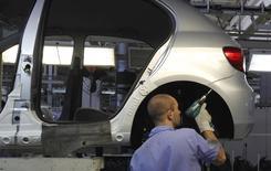 Operário trabalha em linha de montagem de uma planta da Volkswagen em São Bernardo do Campo, São Paulo. 6/04/2011.  REUTERS/Nacho Doce
