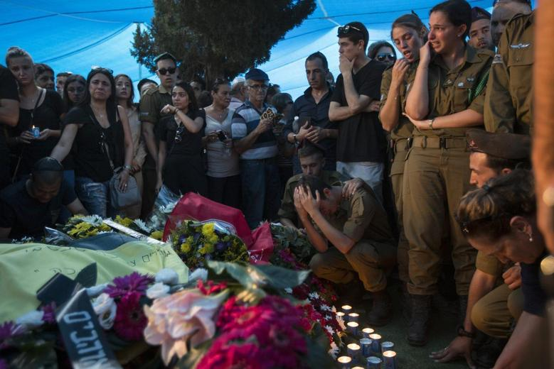 Mourners cry during the funeral of Israeli soldier Daniel Pomerantz, killed during fighting in Gaza on Sunday, in Kfar Azar near Tel Aviv July 24, 2014. REUTERS/Baz Ratner