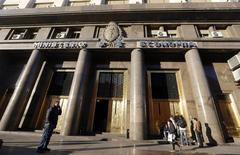 """Imagen del edificio del Ministerio de Economía de Argentina en Buenos Aires. 18 de junio, 2014.  El Gobierno argentino insistió el viernes en que la falta de acuerdo con los acreedores de bonos incumplidos es por la negligencia de los llamados """"holdouts"""" y del juez de la causa, que buscan """"pulverizar"""" las reestructuraciones de deuda realizadas por el país en el 2005 y el 2010. REUTERS/Enrique Marcarian"""