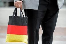 En esta imagen de archivo, un hormbre lleva una bolsa con los colores de la bandera alemana en Hanover.  La confianza empresarial en Alemania cayó por tercer mes consecutivo en julio, lo que sugiere que las firmas en la mayor economía de Europa están preocupadas por las crisis en Ucrania, Irak y Gaza. REUTERS/Fabian Bimmer