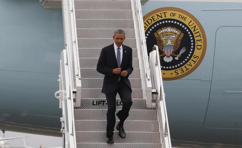 U.S. President Barack Obama walks off Air Force One at Boeing Field/King County International Airport in Seattle, Washington, July 22, 2014. REUTERS/Larry Downing