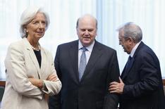 Los ministros de Finanzas de la eurozona probablemente debatirán en septiembre si permiten a Irlanda pagar anticipadamente los préstamos más caros del Fondo Monetario Internacional antes de pagar el rescate europeo, dijeron altos cargos de la eurozona. En la imagen, la directora del Fondo Monetario Internacional, Christine Lagarde, el ministro de Finanzas irlandés, Michael Noonan, y el ministro de Economía italiano, Fabrizio Saccomanni, acuden a una reunión de ministros de Finanzas de la eurozona en Bruselas, el 8 de julio de 2013. REUTERS/Francois Lenoir