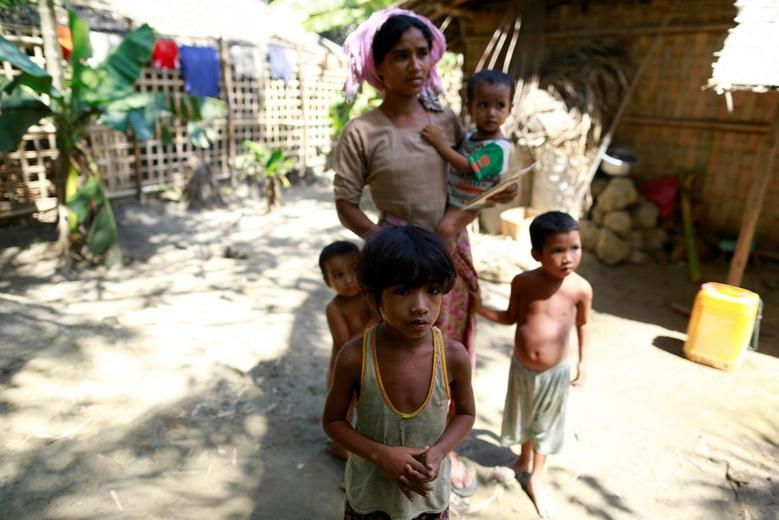 A Rohingya Muslim family, whose members have all fallen sick, poses in a village at Maungdaw June 6, 2014.  REUTERS/Soe Zeya Tun