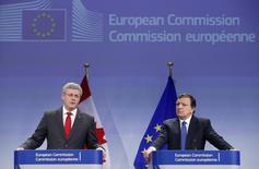 Le Premier ministre canadien Stephen Harper et le président de la Commission européenne José Manuel Barroso, en octobre dernier à Bruxelles. Selon le quotidien Süddeutsche Zeitung, qui cite des diplomates à Bruxelles, l'Allemagne s'apprête à rejeter l'accord de libre-échange entre l'Union européenne et le Canada, qui préfigure le traité plus large encore en cours de négociation avec les Etats-Unis. /Photo prise le 18 octobre 2013/REUTERS/François Lenoir