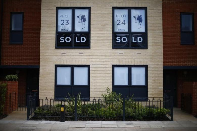 Sold new build homes are seen on a development in south London June 3, 2014.  REUTERS/Andrew Winning