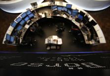 Les Bourses européennes évoluent en légère hausse lundi à mi-séance, et le Dax est stable, écartelées entre les tensions géopolitiques et les résultats trimestriels avant une semaine chargée sur le front des indicateurs. À Paris, le CAC 40 prend 0,42%,. À Francfort, le Dax est stable (-0,08%) et à Londres, le FTSE gagne 0,18%. /Photo d'archives/REUTERS/Lisi Niesner