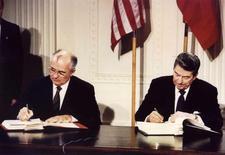 Президент США Рональд Рейган (справа) и генсек ЦК КПСС Михаил Горбачев подписывают Договор о ликвидации ракет средней и малой дальности в Вашингтоне 8 декабря 1987 года. Вашингтон обвинил Москву в нарушении Договора о ликвидации ракет средней и малой дальности и потребовал немедленных двусторонних переговоров. STR New / Reuters