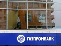 Вывеска Газпромбанка на отделении в Москве 17 июля 2014 года. Третий по величине банк РФ Газпромбанк, которому санкции США ограничили доступ на американские рынки капитала, 24-25 июля провел серию встреч с долговыми инвесторами в Сеуле. REUTERS/Sergei Karpukhin