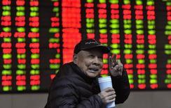 Инвестор в брокерской конторе в Хэфэе, провинция Аньхой, 7 февраля 2014 года. Азиатские фондовые рынки выросли во вторник за счет отдельных отраслей и накануне важной макроэкономической статистики США и совещания ФРС. REUTERS/Stringer