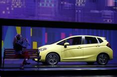 Новая Honda Fit на автосалоне в Детройте 13 января 2014 года. Квартальная прибыль японской Honda Motor Co выросла на 7,1 процента и превзошла ожидания рынка за счет сокращения расходов и хороших продаж обновленной модели Fit в Японии. REUTERS/Rebecca Cook