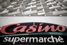 Logo na fachada de um supermercado Casino, em Paris. 29/07/2014.  REUTERS/Christian Hartmann