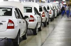 Автомобили на сборочной линии на заводе Автоваза в Тольятти 25 сентября 2009 года. Владение долей в российском Автовазе принесло французскому автоконцерну Renault 55 миллионов евро убытка в первом полугодии 2014 года, сообщила компания в отчете, опубликованном во вторник. REUTERS/Denis Sinyakov
