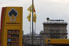 Una gasolinera de Rosneft en Moscú, jul 17 2014. La rusa Rosneft, la mayor petrolera del mundo, se comprometió el martes a pagar en septiembre a la estatal Petróleos de Venezuela 440 millones de dólares a partir de un desembolso total de 1.100 millones de dólares para una empresa conjunta en la Faja del Orinoco, el mayor reservorio global de crudo. REUTERS/Sergei Karpukhin