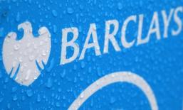 Barclays a publié un bénéfice sous-jacent en baisse de 7% au premier semestre à la suite d'une contraction des revenus de sa banque d'investissement dans le cadre de sa stratégie de recentrage sur des activités moins risquées. /Photoprise le 8 mai 2014/REUTERS/Stefan Wermuth