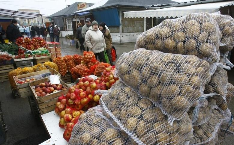 People walk past goods at the market in Suwalki, March 28, 2009. Shoppers invading Poland for bargains in weak zloty are now a common feature of eastern Europe's recession. REUTERS/Ints Kalnins