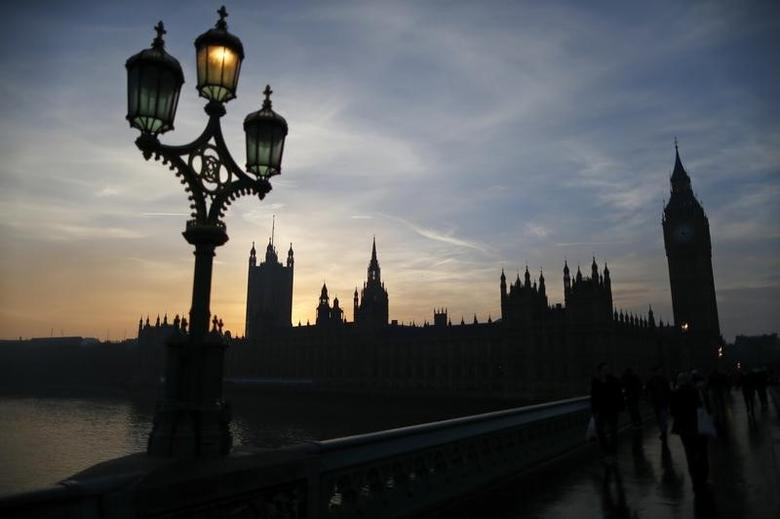 People cross Westminster Bridge with the Houses of Parliament behind at dusk in London, December 12, 2013.  REUTERS/Andrew Winning