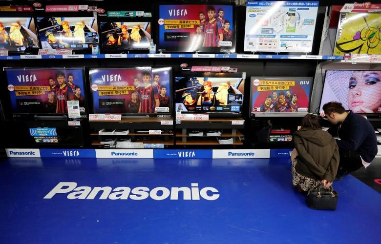 People look at Panasonic Corp's Viera televisions displayed at an electronics store in Tokyo April 28, 2014. REUTERS/Toru Hanai/Files