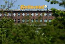 Continental a relevé jeudi sa prévision de bénéfice annuel, pour la deuxième fois en cinq mois. L'équipementier allemand vise désormais une marge d'Ebit d'environ 11%, après l'avoir remontée à au moins 10,5% en mars par rapport à une prévision précédente à 10%. /Photo d'archives/REUTERS/Fabian Bimmer