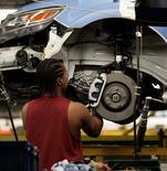 Imagen de archivo de un empleado en la planta de Ford en Chicago, EEUU, ago 4 2009. El ritmo de la actividad fabril en la región central de Estados Unidos bajó en julio a su menor nivel desde junio del 2013, indicando una aguda desaceleración en la economía de la región, mostró el jueves un reporte. REUTERS/Frank Polich