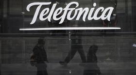El logo de Telefónica en su tienda insigne en Madrid, nov 8 2013. El grupo español de telecomunicaciones Telefónica dijo el jueves que tiene varias opciones estratégicas en México, pero que no ha alcanzado un acuerdo aún para concretar ninguna de ellas.  REUTERS/Sergio Perez