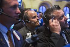 Imagen de archivo de un grupo de operadores en la bolsa de Wall Street en Nueva York, jul 28 2014. Las acciones se desplomaban el jueves en la bolsa de Nueva York, y tanto el promedio Dow Jones como el índice S&P 500 pasaron a terreno negativo en el mes, en medio de temores respecto a la fortaleza de las economías extranjeras y las tensiones con Rusia. REUTERS/Lucas Jackson