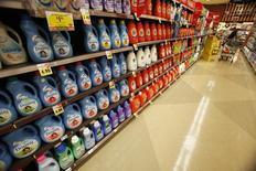Продукция компании Procter & Gamble в магазине в Пасадене, Калифорния 21 января 2014 года. Квартальная прибыль мирового лидера на рынке товаров для дома Procter & Gamble Co выросла на 37 процентов благодаря сокращению расходов. REUTERS/Mario Anzuoni
