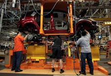 Imagen de archivo de unos trabajadores en la planta de Ford en Louisville, EEUU, jun 13 2013. El aumento de las ventas de automóviles en Estados Unidos se frenó levemente en julio, con algunos fabricantes reportando alzas que incumplieron las expectativas de analistas, según mostraron el viernes informes preliminares de importantes automotrices.    REUTERS/John Sommers II