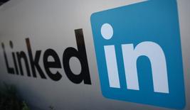El logo de LinkedIn en Mountain View, EEUU, feb 6 2013. El floreciente negocio de contratación de personal de LinkedIn Corp y la rápida expansión global serán los principales motores de crecimiento para los próximos trimestres, dijeron analistas el viernes después de que los ingresos y el pronóstico de ganancias de la red laboral destrozaron estimaciones previas.  REUTERS/Robert Galbraith