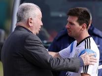 Messi cumprimenta Grondona após treino em 28 de maio, visando a Copa do Mundo de 2014.   REUTERS/Marcos Brindicci