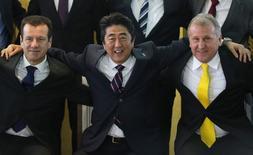 Premiê do Japão Shinzo Abe posa ao lado de Dunga e Zico, em Brasília. 01/08/2014 REUTERS/Ueslei Marcelino