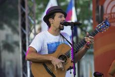 "Singer Jason Mraz performs on NBC's ""Today"" show in New York July 18, 2014.  REUTERS/Lucas Jackson"
