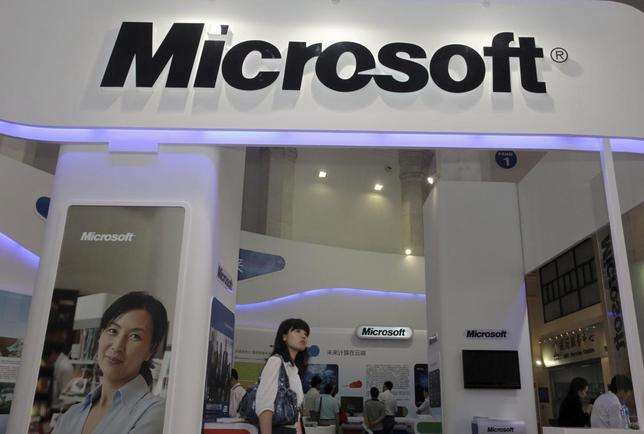 A visitor walks past a Microsoft booth at a computer software expo in Beijing, June 2, 2010. REUTERS/Stringer